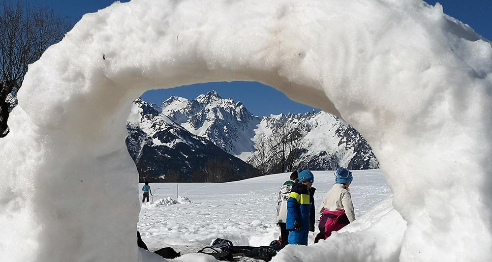 Sous l'arche de neige d'un igloo